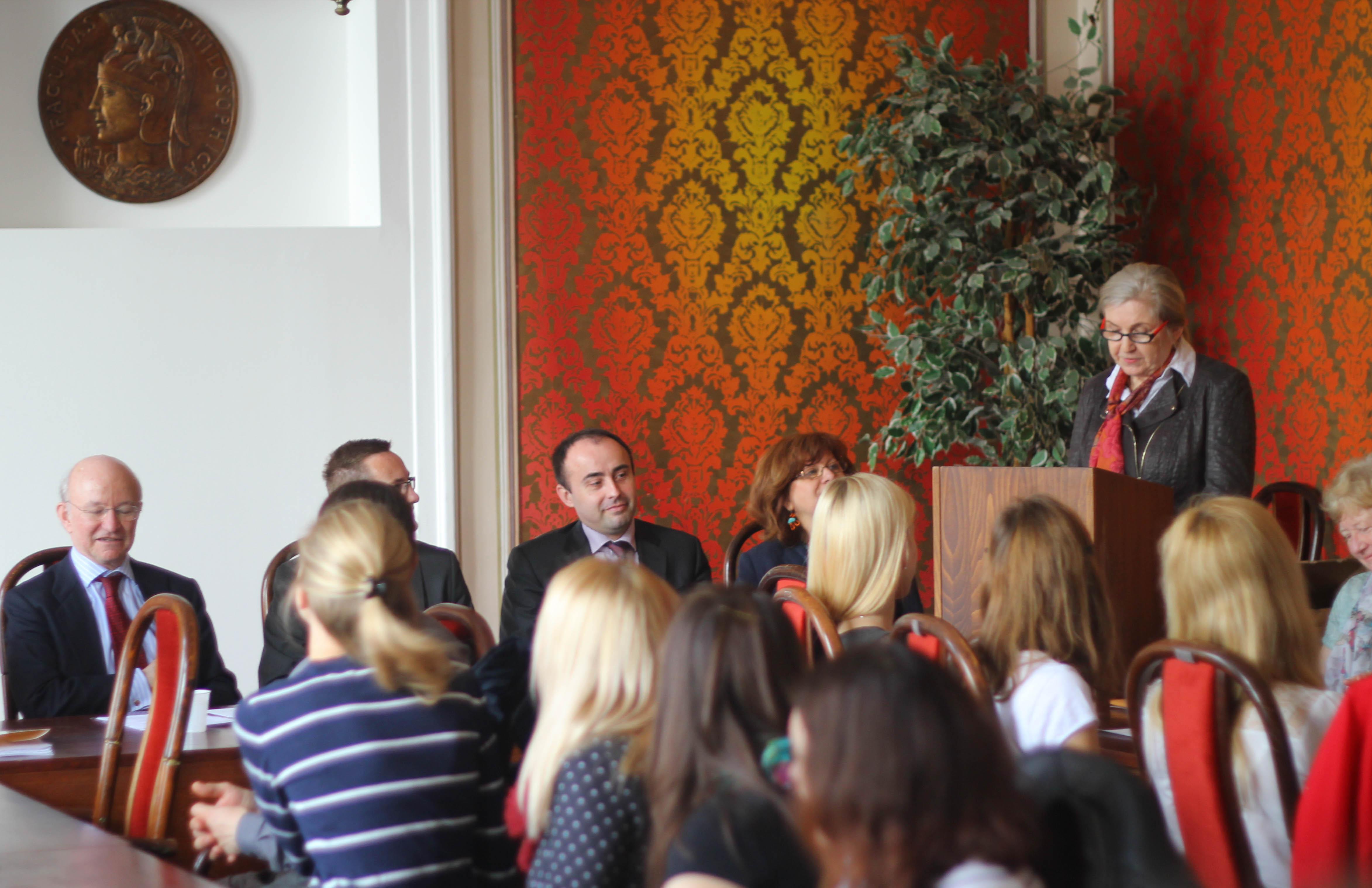 Escena del encuentro, con el embajador y Paulina Sismisova.