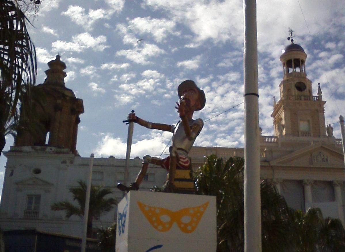 Don Quijote custodiando el Ayuntamiento en la Plaza San Juan de Dios. Carnaval de Cádiz 2016 [fotografía: F. Cuevas]